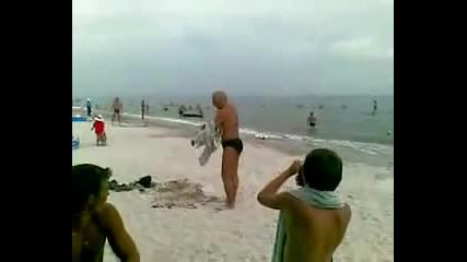 Смях! Пиян руснак на плажа се опитва да се облече