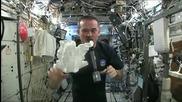 Какво се случва, когато изстискаш мокър парцал в Космоса?