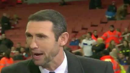 Лиидс удрят легенда на Арсенал с топката по време на мача Смях