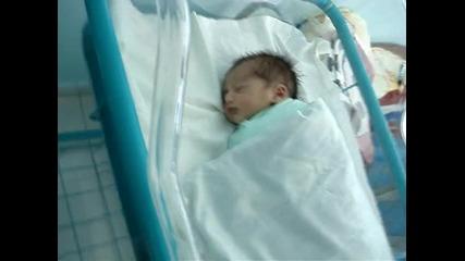 спящо бебе на 2 дена