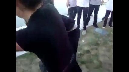 Момичета се бият жестоко! - Не се закачай с момиче с вързана коса!