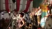 Eнтусиазираният барабанист в Октоберфест