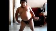 *дебело момче танцува.!смях!*