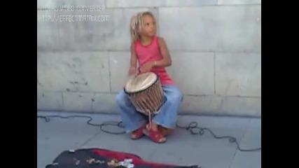 Момиченце свири страхотно на джембе