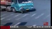 Мъж оцелява след като е блъснат от камион