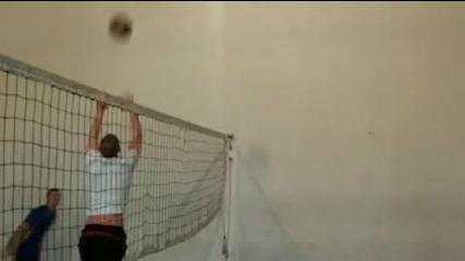Ето защо повечето хора Не играят волейбол срещу волейболисти
