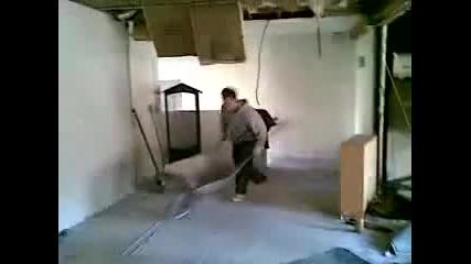 Мъж полудява с товарна количка