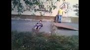 Идиот го прескачат с колело
