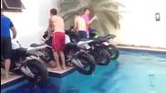 Четири мотора пилят гуми в басейн, rainbow bikes