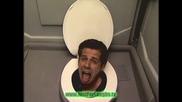 Човешка глава в обществена тоалетна
