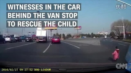 Бебе изпадна от микробус на магистралата!