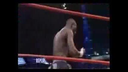 Вижте какво прави боксьор с гигантски кечист