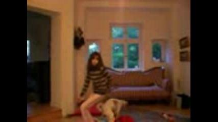Момиче Танцува, А На Кучето Му Се Е...