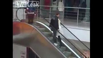 Тъпа блондинка срещу ескалатор