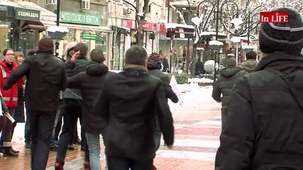 Мъже тичаха на токчета за 8-ми март