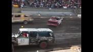 Demolition Derby с ванове и джипове.