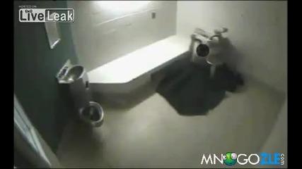 Наркоман се опитва да избяга през мивката и тоалетната чиния!!