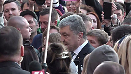 Ukraine: Poroshenko greets supporters after conceding presidential defeat