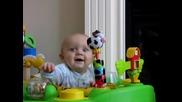 Бебе което се страскя и се сасипва от смях