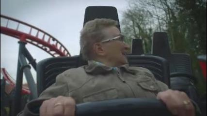 Въздрастна жена за първи път се вози на скоростно влакче