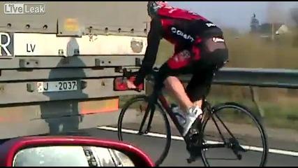 Луд с колело на магистрала