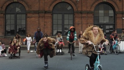 Macklemore & Ryan Lewis - Thrift Shop (feat. Wanz) (Оfficial video)