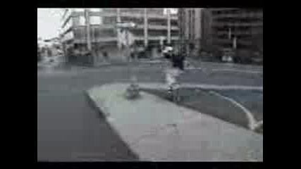Скейтър Се Удря В Пожарен Кран