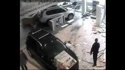 Погром в автосалон (видео)