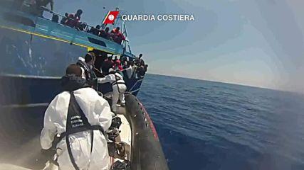 Italy: Italian Coast Guard intercepts 2000 refugees in the Mediterranean