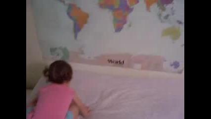 Много Умно 2 Годишно Момиче Може Да Покаже Къде Се Напират На Картата Всички Държави По Света