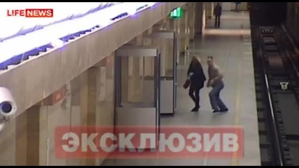 Мъж блъсна жена на релсите в метрото