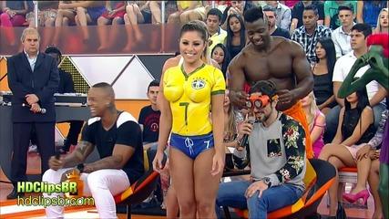 Бразилско шоу: Момиче с дрехи или бодипейнт?