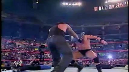 Гробаря се опитва да счупи главата на Брок Леснар със стол