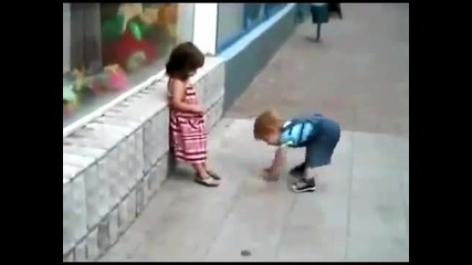 Момченце опитва да целуне момичето си