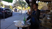Пич яде сандвич като робот