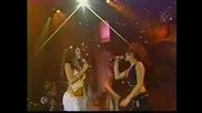 Алма и Роберта пеят заедно
