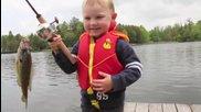 Малчуган хваща първата си риба