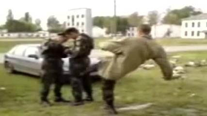 Този пич реши да срита Руски Военен… ей така за разнообразие! :)