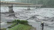 Огромна река тече с много бърза скорост