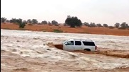 Луд арабин кара джипа си в бурна река