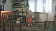 Детето чудо Giuliano Stroe - изумителен баланс с помоща на три стола!