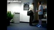 Идиоти Заграждат Пътя На Хората До Офисите