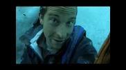 Оцелаване на предела - Беър Грилс минава под 50 метров ледников блок