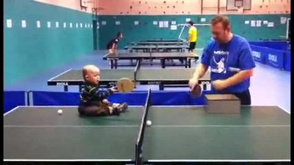 Бебе играе тенис на маса