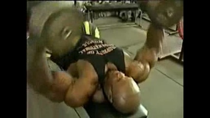 Примерна тренировка гърди с трицепс