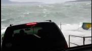 Коли качени на ферибот на безплатна автомивка под огромни вълни !
