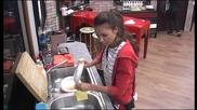 Моника прекарва доста време в миене на съдове