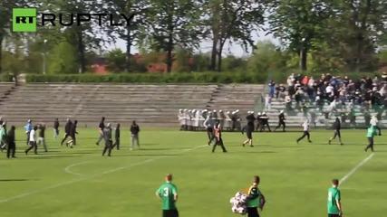 Мъж умира след като полицията изстрелва гумени куршуми срещу футболни фенове