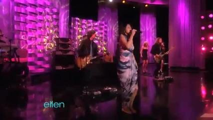 Селена Гомез пее на живо Who says