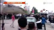 Китаец смазва Maserati-то си в знак на протест.